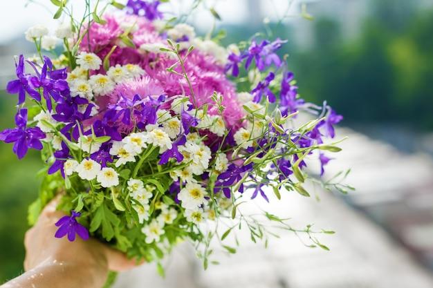Vrouw met boeket van zomer wilde bloemen