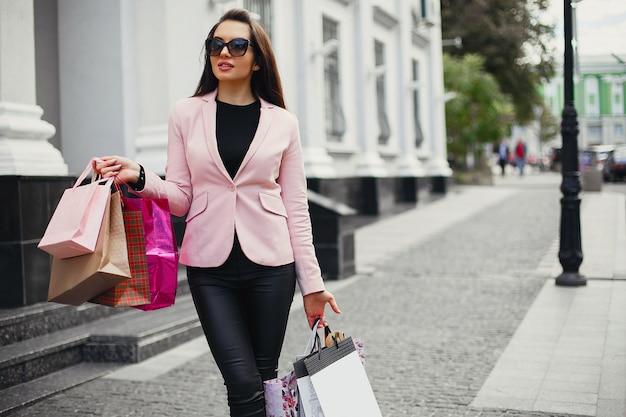 Vrouw met boodschappentas in een stad