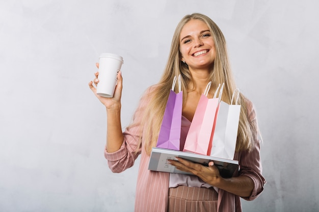 Vrouw met boodschappentassen glimlachen