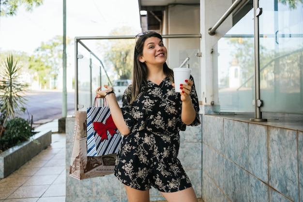 Vrouw met boodschappentassen in de stad