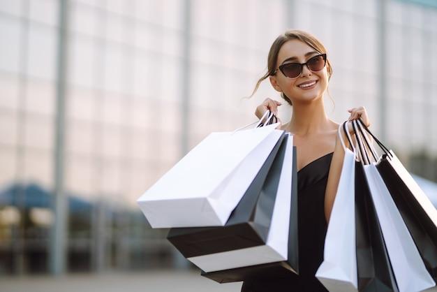 Vrouw met boodschappentassen in de straat