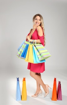 Vrouw met boodschappentassen op licht