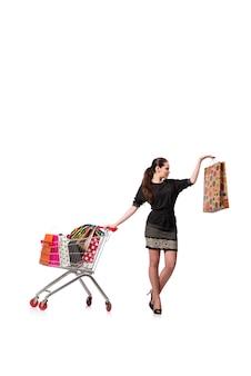 Vrouw met boodschappenwagentje en zakken op wit wordt geïsoleerd dat