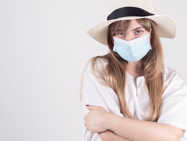 Vrouw met boos masker kan covid-19 niet reizen