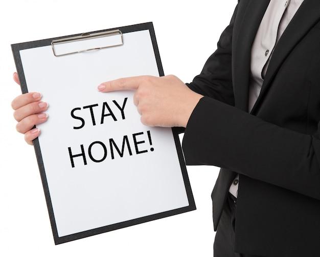 Vrouw met bordje zeg thuis blijven voor bescherming tegen virussen en zorg voor hun gezondheid vanaf covid-19. thuis blijven concept.