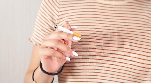 Vrouw met brandende sigaret. roken