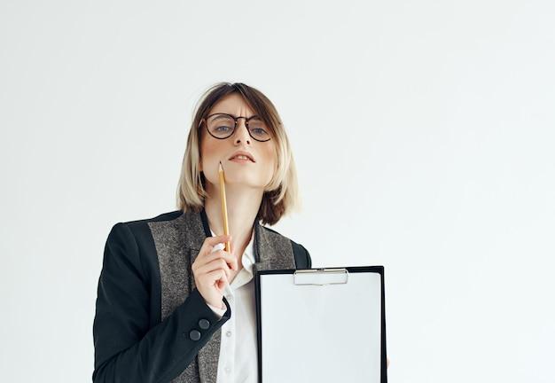 Vrouw met bril documenten studio kantoor professional
