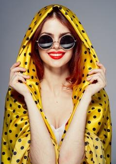 Vrouw met bril en polka dot sjaal, fashion stijl