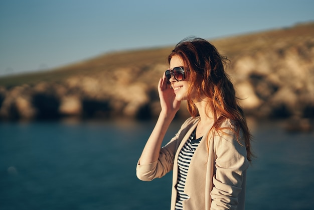 Vrouw met bril en rood haar sweaters t-shirt bergen landschap