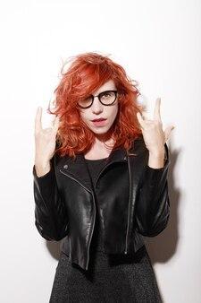Vrouw met bril gekleed in zwart met rock pose