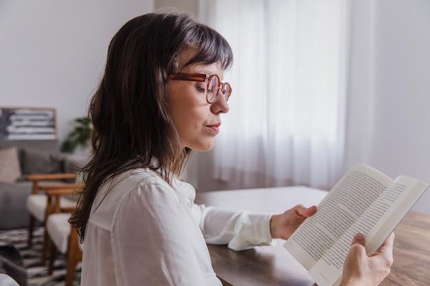 Vrouw met bril lezen zijaanzicht