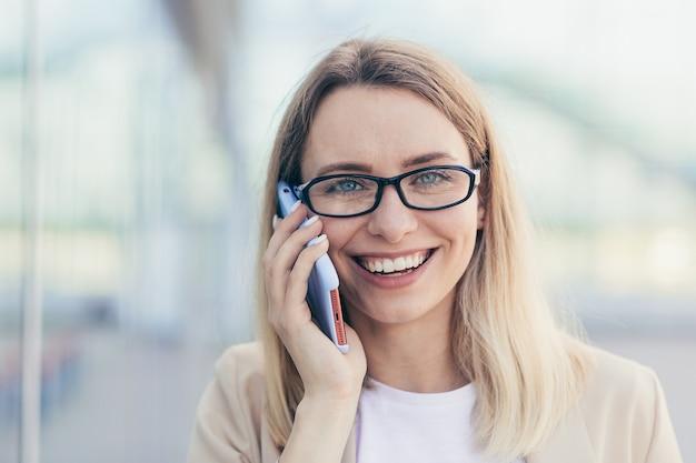 Vrouw met bril praten aan de telefoon