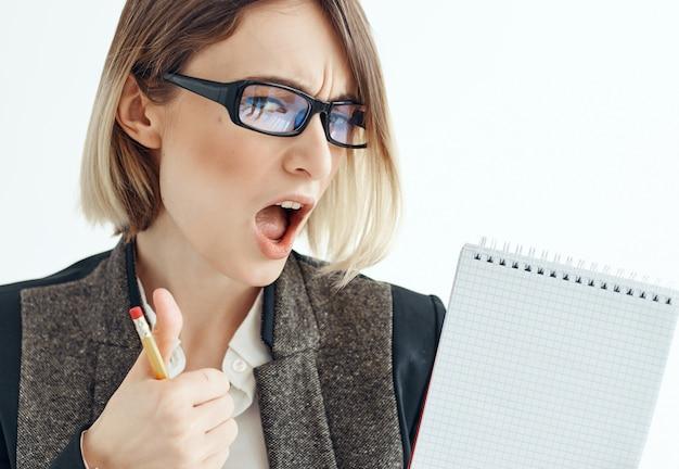Vrouw met bril werk manager kantoor notitieblok in handen