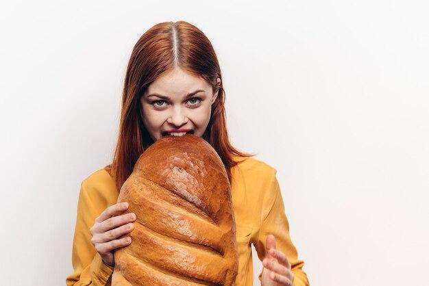Vrouw met brood en geel overhemd rood haar bebouwde mening