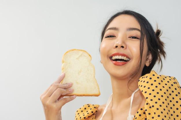 Vrouw met brood gelukkig in winkel klein bedrijf