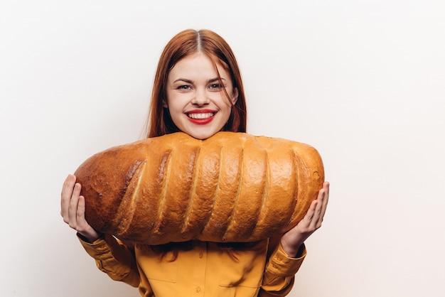 Vrouw met brood, groot vers brood
