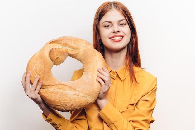 Vrouw met brood meel product honger calorieën dieet.