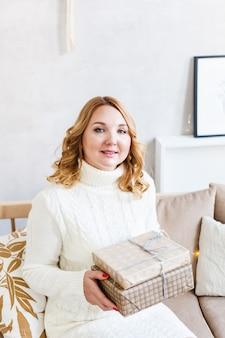 Vrouw met cadeau, vakantie cadeau, voorbereiding van kerstmis
