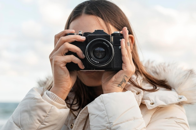 Vrouw met camera op het strand