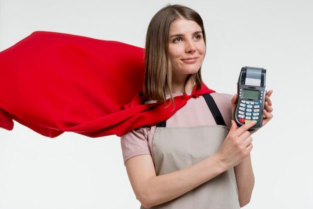 Vrouw met cape holding pos