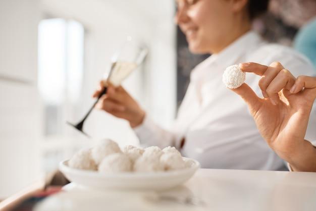 Vrouw met champagne ontspannen in schoonheidssalon, pedicure procedure. professionele schoonheidsspecialiste, vrouwelijke klanten, teennagel- en vingernagelverzorging in spa