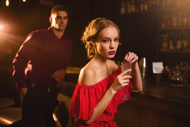 Vrouw met cocktail in de hand, flirten