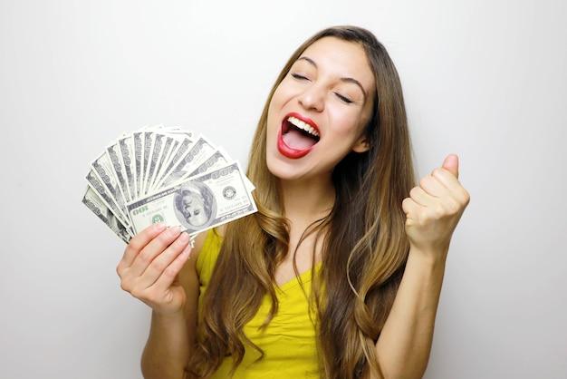 Vrouw met contant geld notities geïsoleerd op witte achtergrond