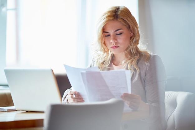 Vrouw met contracten
