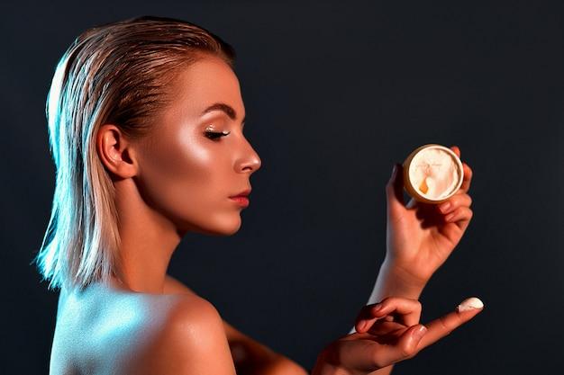 Vrouw met cosmetische crème pot