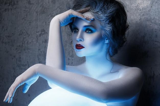 Vrouw met creatieve make-up en body-art