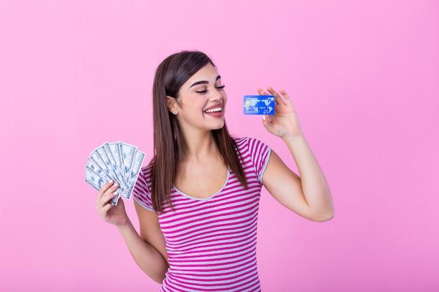 Vrouw met creditcard en fan van dollarbiljetten