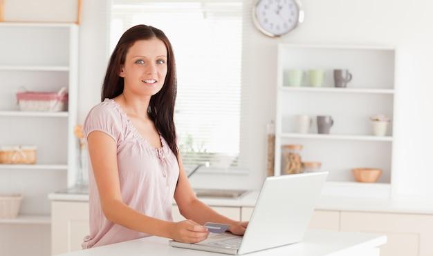 Vrouw met creditcard en laptop kijken
