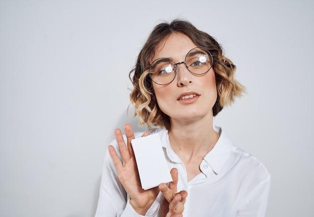 Vrouw met creditcard op een lichte exemplaarruimtemodel