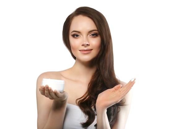 Vrouw met crème gezicht huidverzorging concept, gezonde schone frisse gezichtshuid close-up, vrouwelijk model met crème in de hand. studio opname.