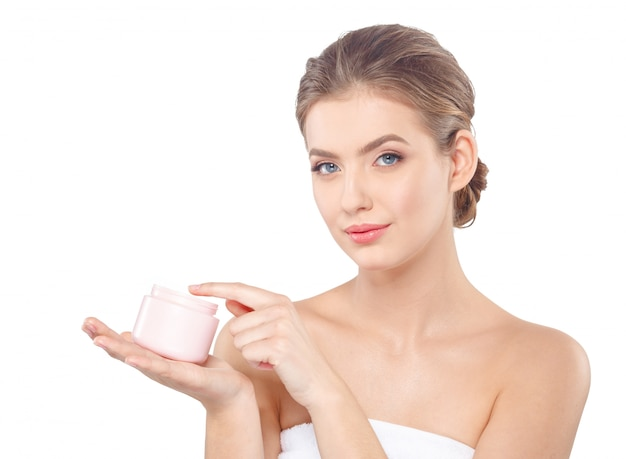 Vrouw met crème gezicht huidverzorging