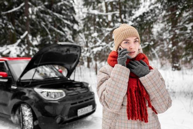 Vrouw met de auto praten op mobiel