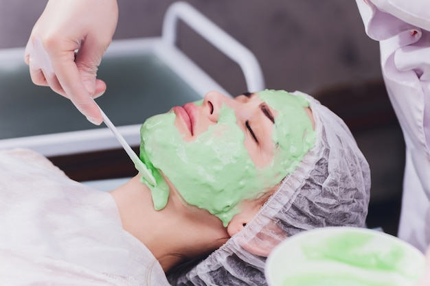 Vrouw met de behandeling van de algenroom voor huid