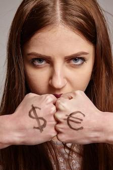 Vrouw met de dollar en euro-tekens op handen