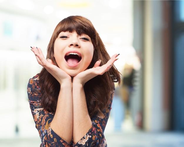 Vrouw met de handen op de kin en open mond