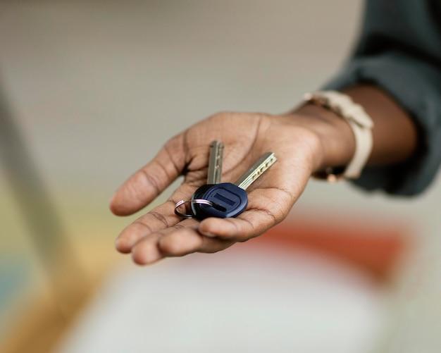 Vrouw met de sleutels van haar nieuwe huis