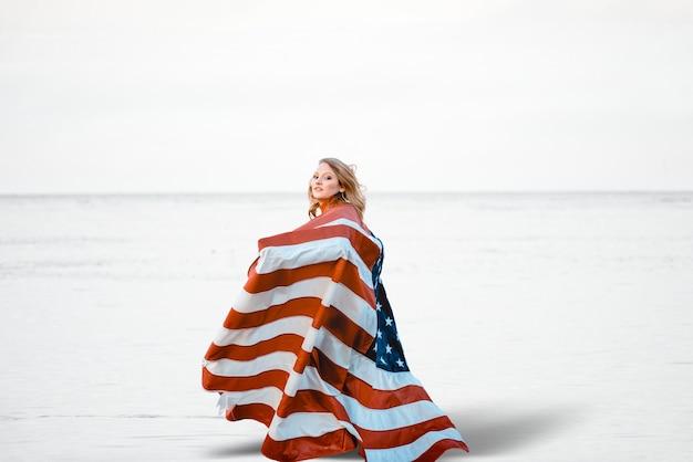 Vrouw met de verenigde staten om haar heen