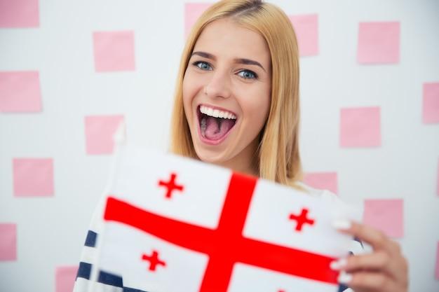 Vrouw met de vlag van georgië