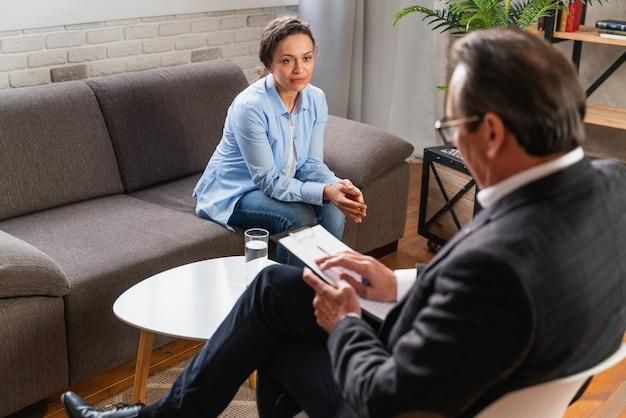 Vrouw met depressie en relatieproblemen - psychoterapeut studio, psycholoog op sessie met patiënt