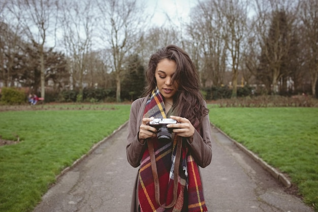 Vrouw met digitale camera