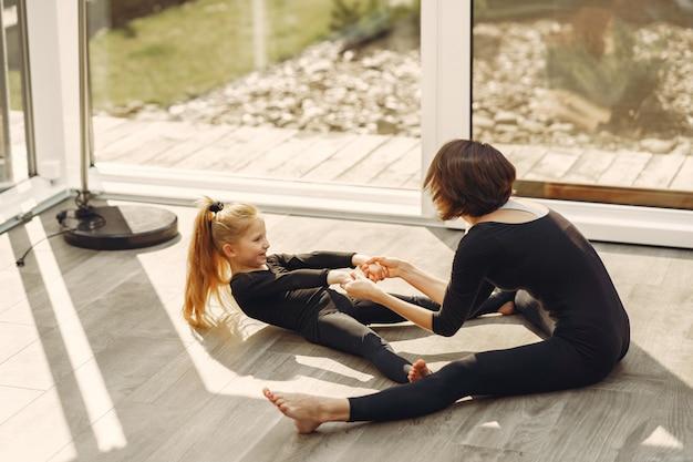 Vrouw met dochter houdt zich bezig met gymnastiek