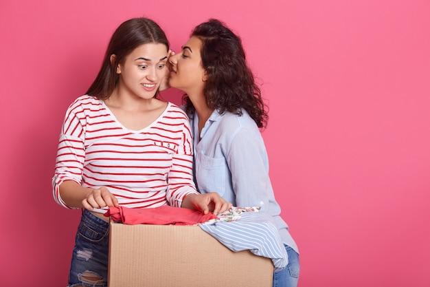Vrouw met doneren doos met vol kleren
