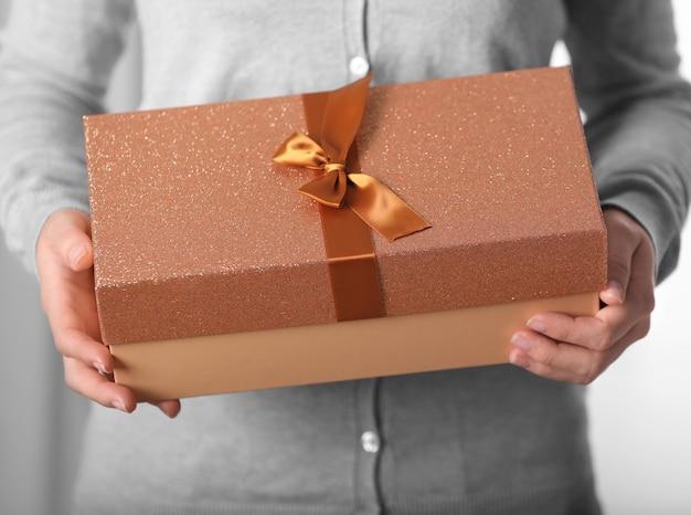 Vrouw met doos met kerstcadeau, close-up