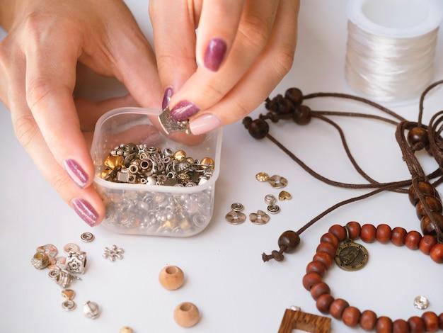Vrouw met doos met metalen accessoires
