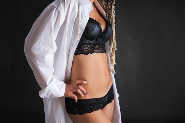 Vrouw met dreadlocks in ondergoed