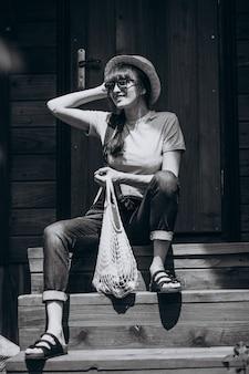 Vrouw met ecotas met fruit in een landkant